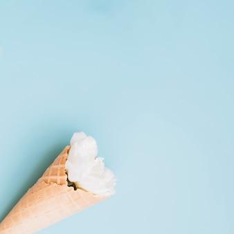 Coupe de gaufrette avec fleur blanche