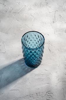 Coupe géométrique en verre bleu