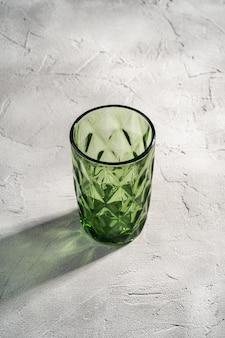 Coupe géométrique en verre vert