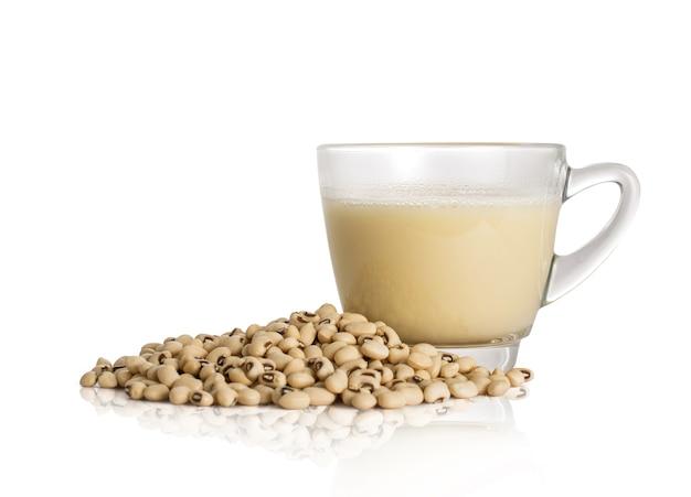 Coupe de lait de soja et haricot de soja isolé sur fond blanc avec un tracé de détourage.