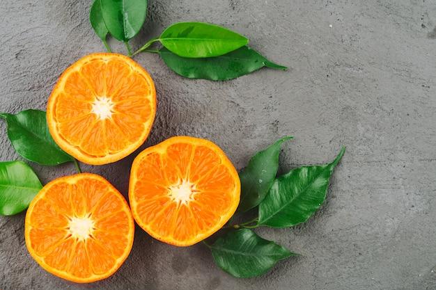 Coupé en morceaux d'oranges mûres juteuses bouchent