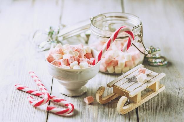 Coupe de noël avec petites guimauves et cannes de bonbon