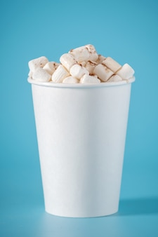Coupe de papier blanc au chocolat chaud à la guimauve