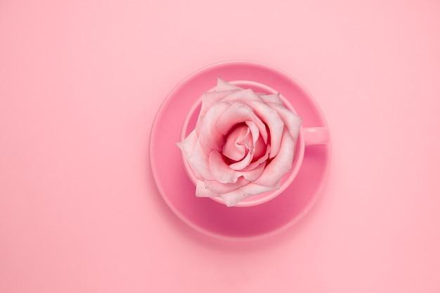 Coupe pastel vue de dessus avec rose rose sur rose
