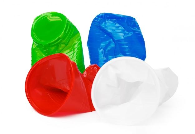 Coupe en plastique froissé sur fond blanc