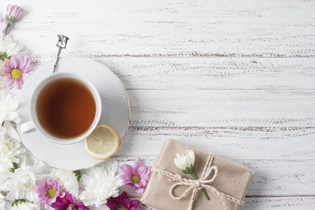 Coupe, thé, citron, décor, fleurs, boîte cadeau, bureau, bois