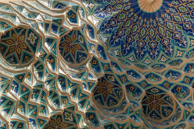 Coupe traditionnelle asiatique antique de l'ornement sur le plafond architecture de l'asie centrale
