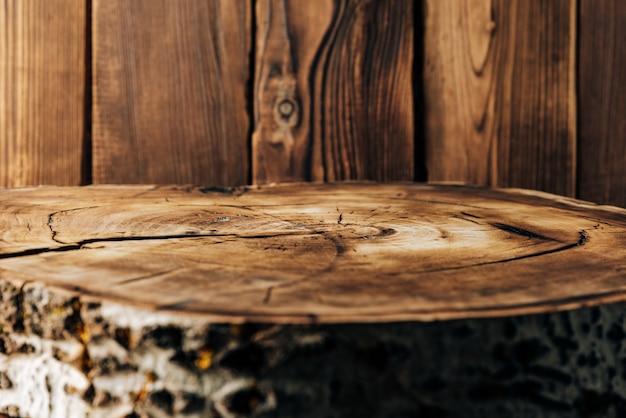 Coupe transversale d'un arbre sur le fond de planches de bois
