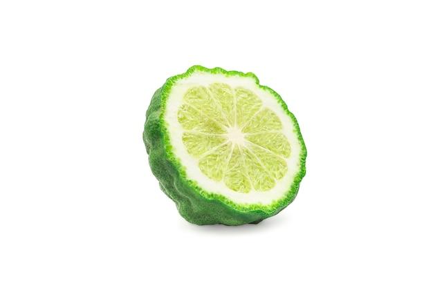 Coupe transversale ou demi bergamote ou citron vert kaffir sur fond isolé blanc avec un tracé de détourage.