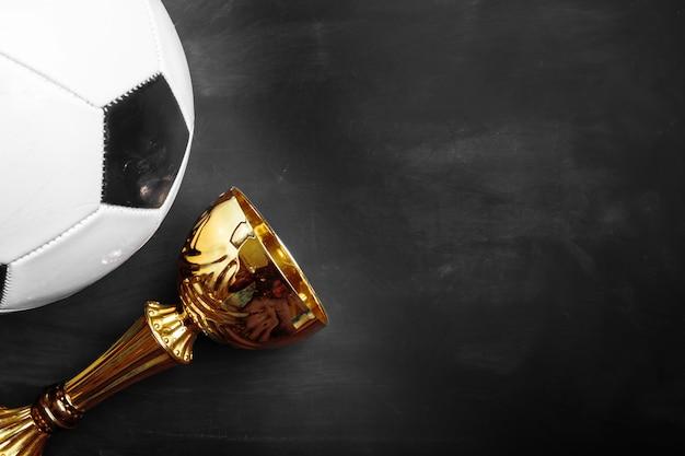 Coupe trophée et ballon de foot