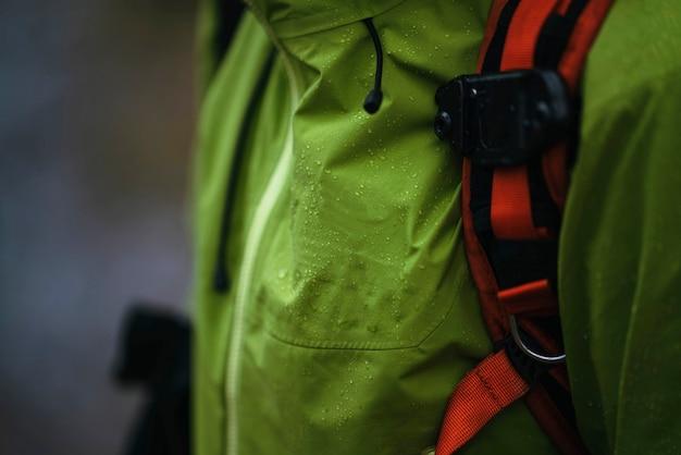 Coupe-vent imperméable vert et sac à dos orange