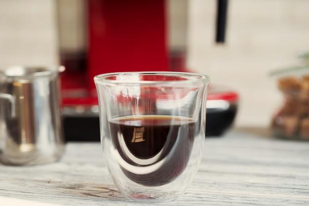 Coupe en verre de café au comptoir de la cuisine se bouchent