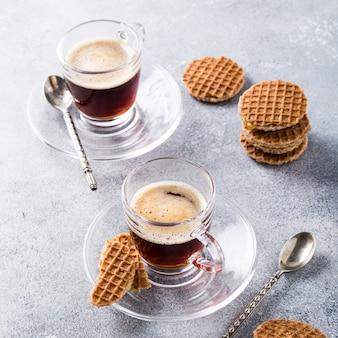 Coupe en verre de café avec des biscuits gaufres