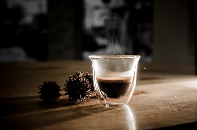 Coupe en verre de café chaud avec de la vapeur