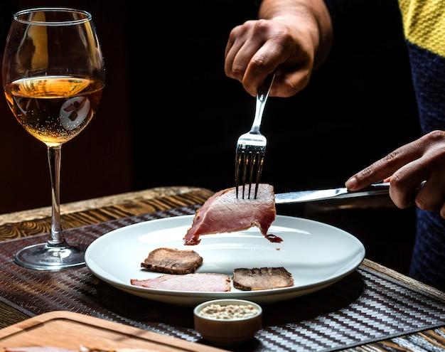 Coupe de viande et un verre de champagne