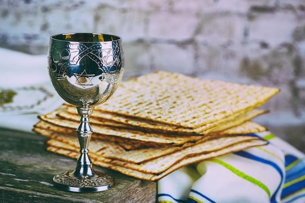 Coupe à vin en argent avec matza, symboles juifs pour les vacances de pessah. concept de la pâque.