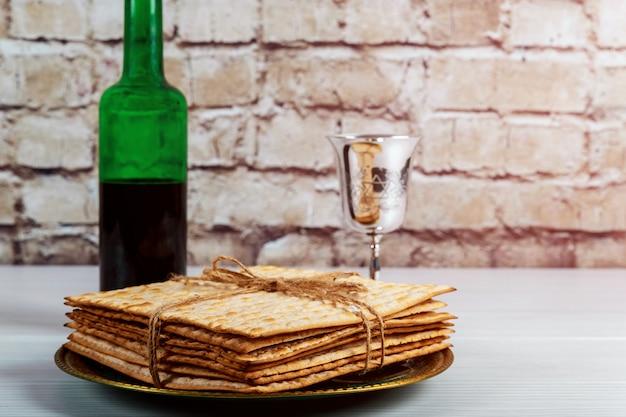 Coupe à vin en argent avec matzah, symboles juifs pour les vacances de pessah. concept de la pâque.