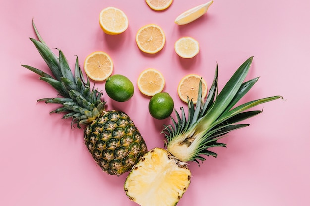 Couper des ananas près d'agrumes
