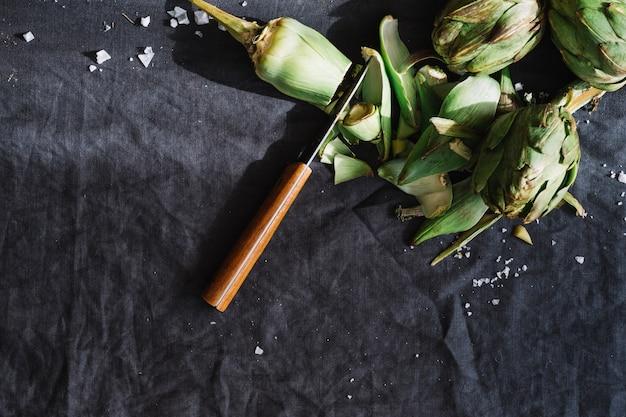Couper les artichauts et le couteau