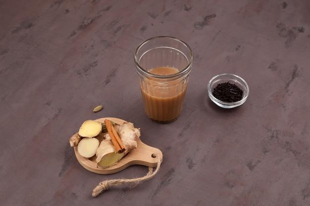 Couper le chai ou mumbai couper le thé des rues indiennes populaires chai
