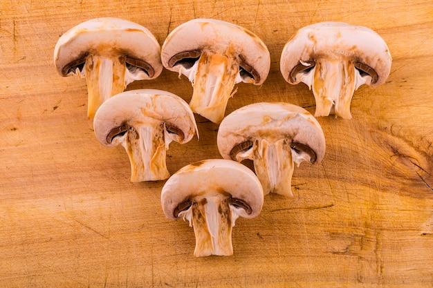 Couper les champignons sur une planche à découper en bois.