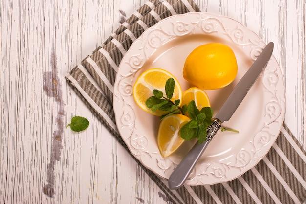 Couper les citrons et les brins de menthe