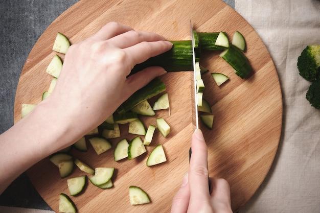 Couper un concombre sur une planche à découper