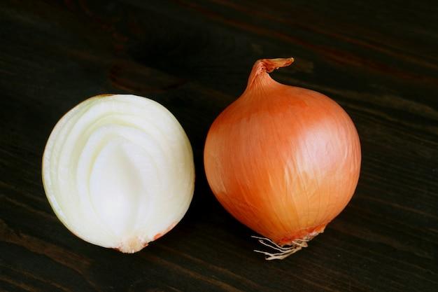 Couper en deux l'oignon avec l'oignon entier isolé