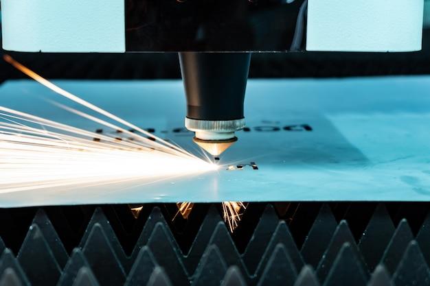 Couper des étincelles en métal s'envolent du laser