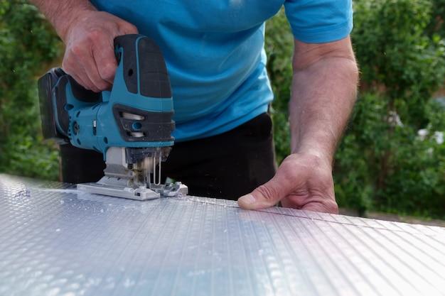 Couper une feuille de polycarbonate en découpant une scie sauteuse