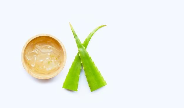 Couper les feuilles d'aloe vera avec du gel sur fond blanc.