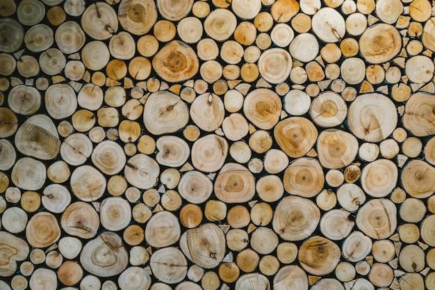 Couper le fond en bois pour décorer l'intérieur avec une faible luminosité