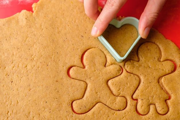 Couper des formes de pain d'épice pour la saint-valentin.