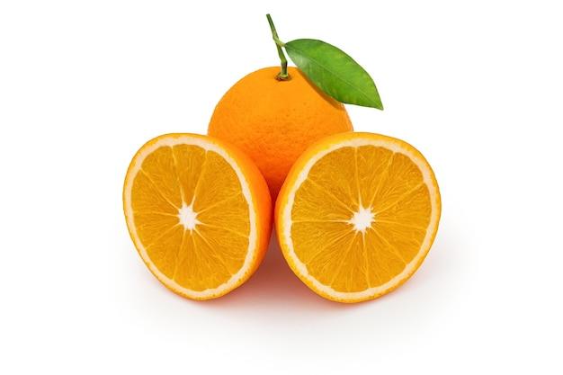 Couper les fruits orange tranchés et entiers avec des feuilles vertes isolées sur fond blanc