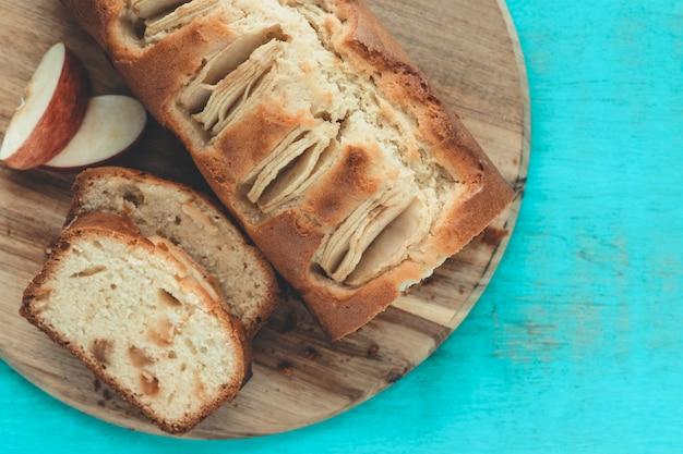 Couper le gâteau aux pommes sur un fond bleu. copiez l'espace. concept de cuisson.
