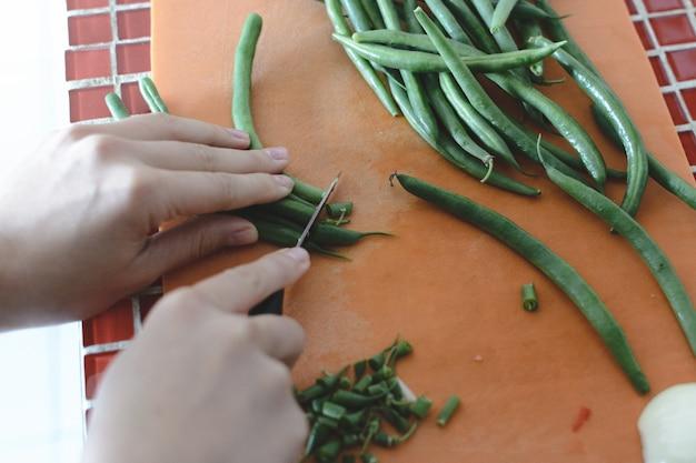Couper les gousses de haricots verts