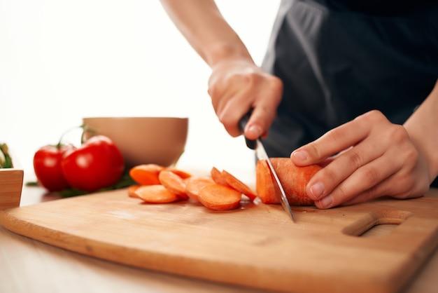 Couper des légumes dans la cuisine ingrédients de cuisine vitamines