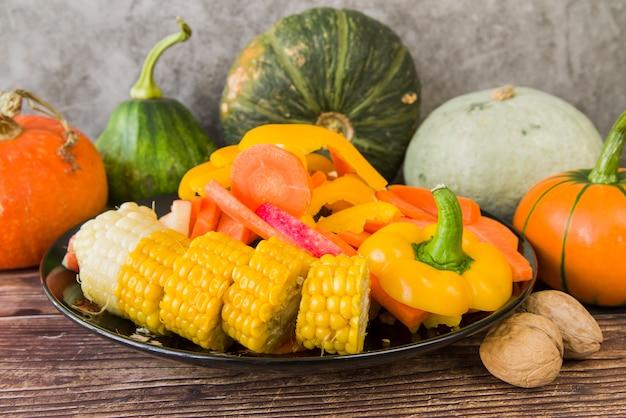 Couper les légumes sur la plaque