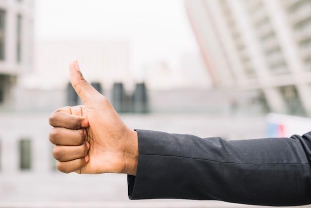 Couper la main d'un pouce gestuel afro-américain