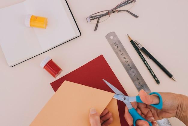 Couper les mains couper le papier de métier