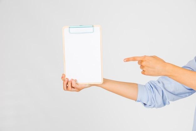 Couper les mains pointant sur le presse-papiers