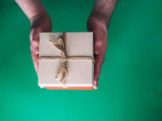 Couper les mains avec le présent