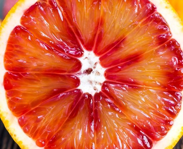 Couper à moitié délicieux et juteux agrumes rouges, un vrai aliment avec de la vitamine c