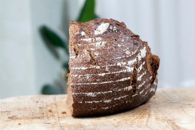 Couper en morceaux délicieux pain frais, pain de seigle noir divisé en parties