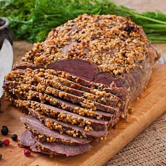 Couper des morceaux de viande cuite sur la table