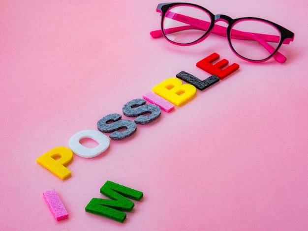 Couper le mot impossible à possible. alphabet i, m étant coupé. changer de concept.