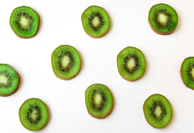 Couper un motif de tranches de kiwi bien mûres