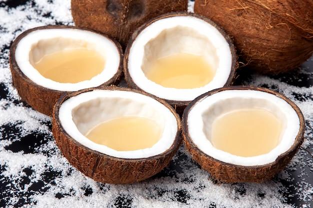 Couper la noix de coco fraîche avec du vrai lait de coco sur des flocons de noix de coco