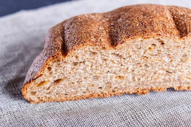 Couper le pain de sarrasin sur une serviette en lin.