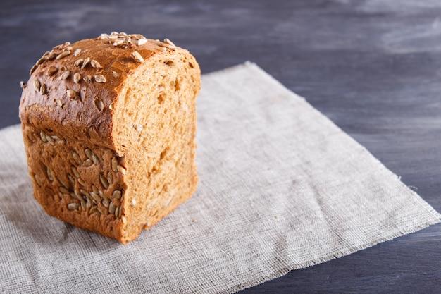 Couper le pain de seigle sur une serviette en lin.
